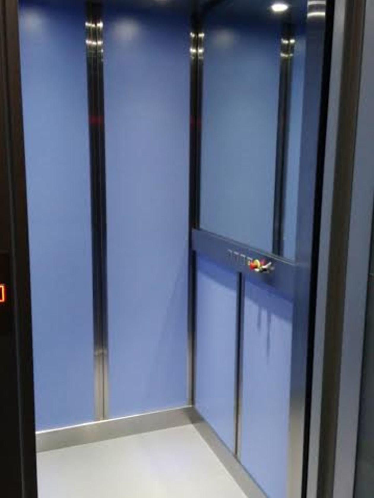 Elección en paneles azules con acerinox y botonera accesible