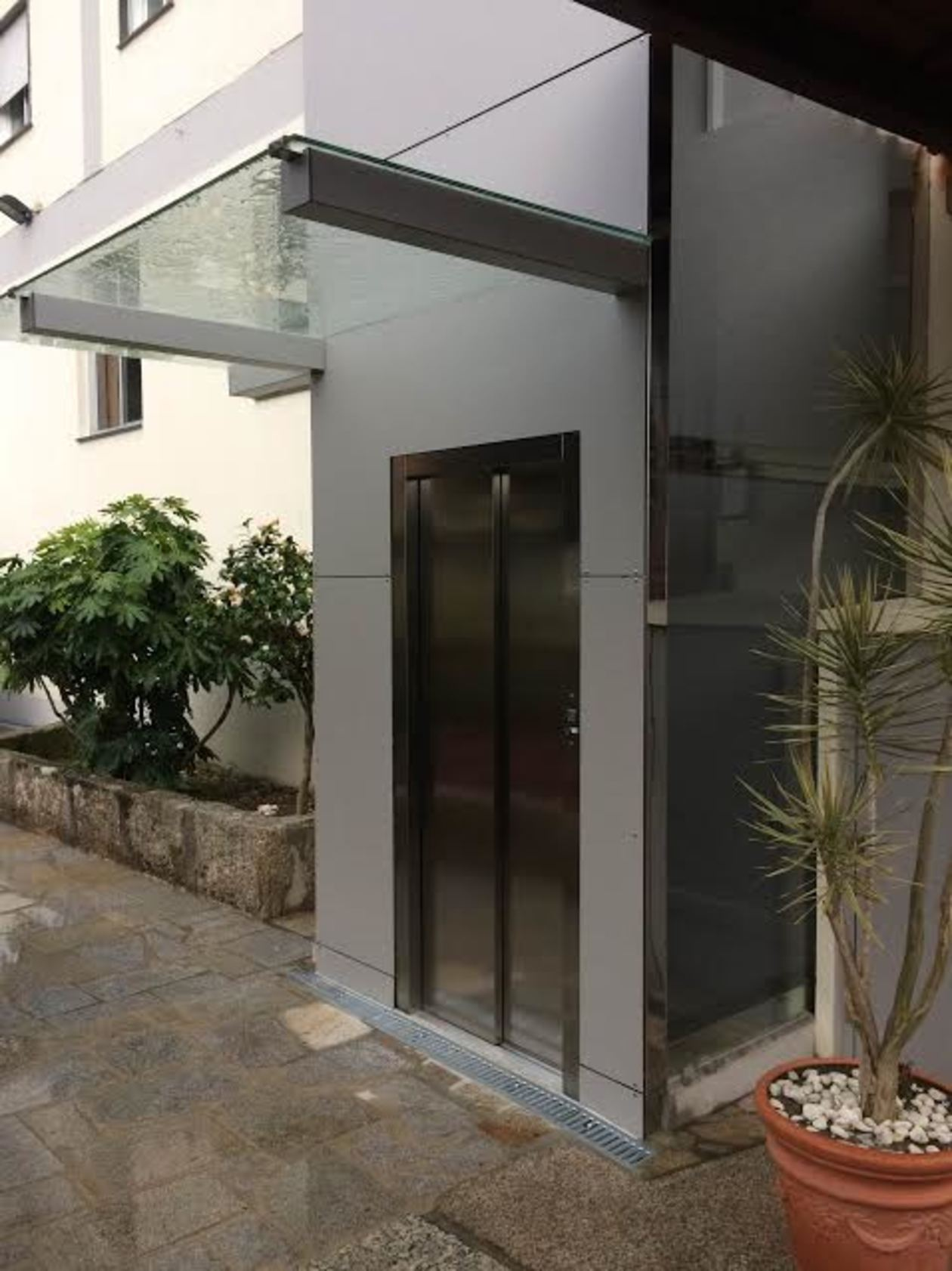 Detalle del acceso exterior. Diseño y confort.