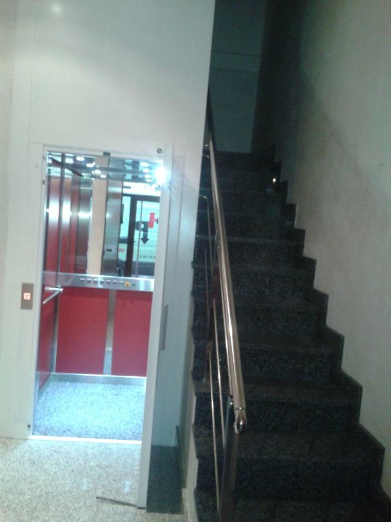 Combinación de interiores con espejo, botonera accesible y acabado en rojo