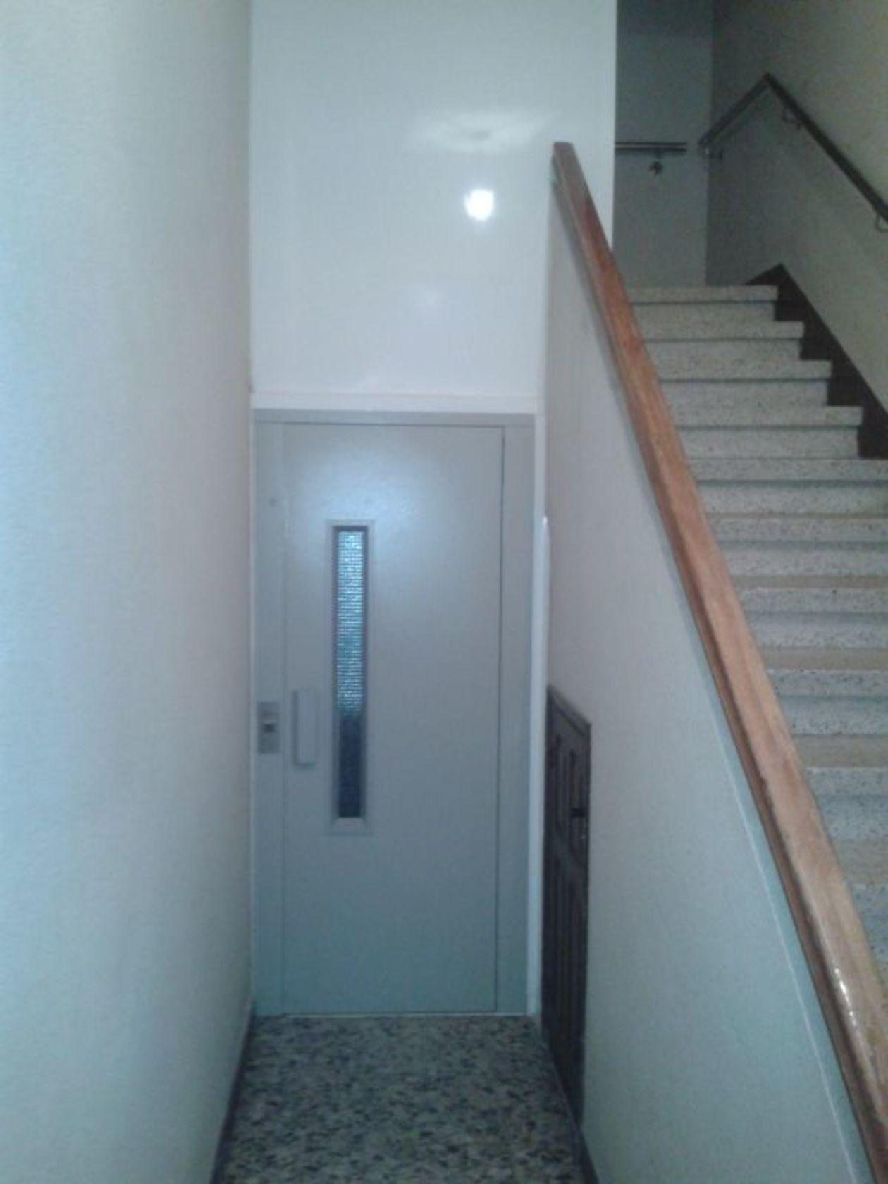 Un innovador ascensor con tecnología Gearless, para edificios que carecen de ascensor, y requieren huidas y fosos muy reducidos.