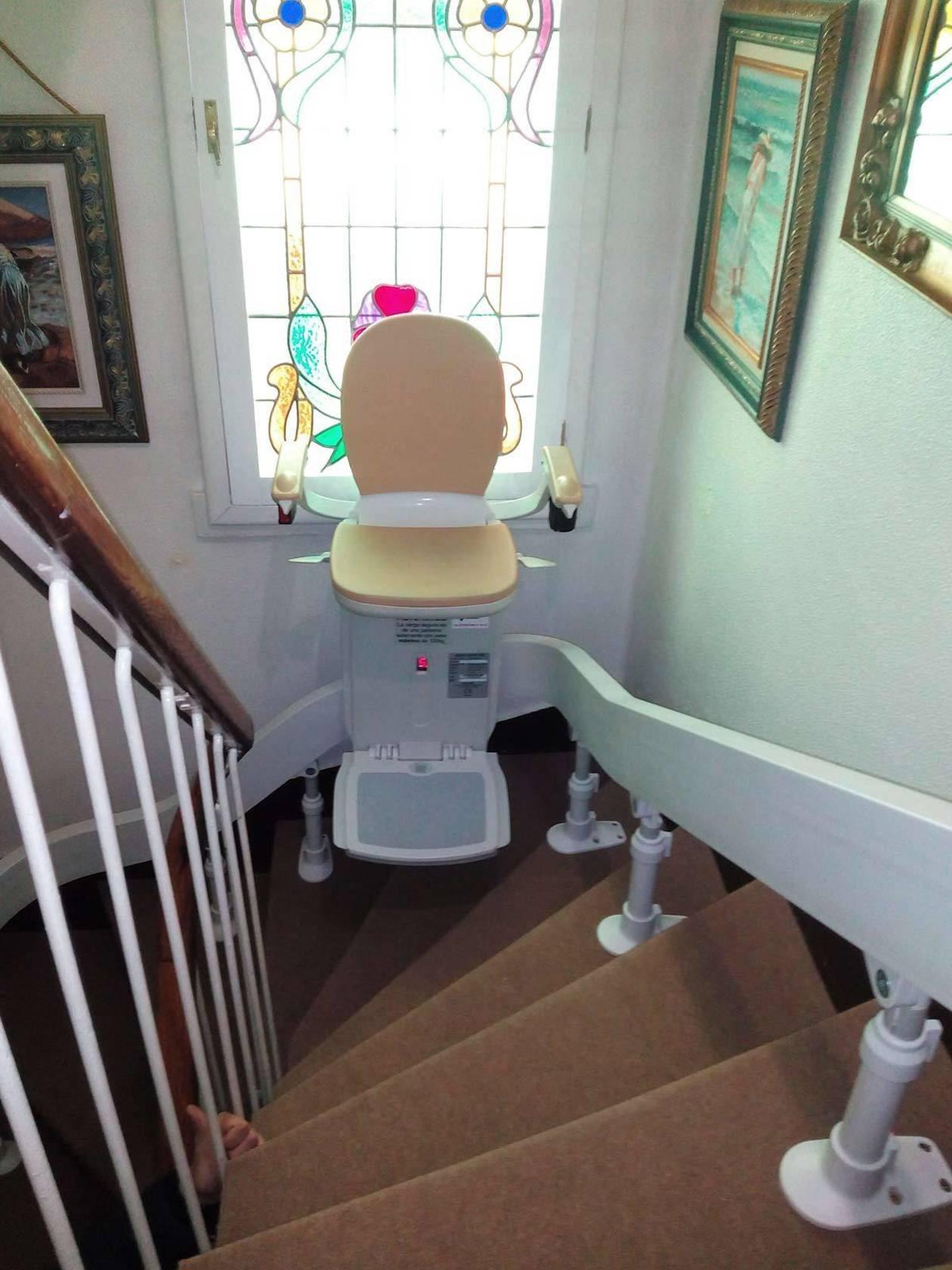 Vista de la silla en la curva de una escalera de caracol