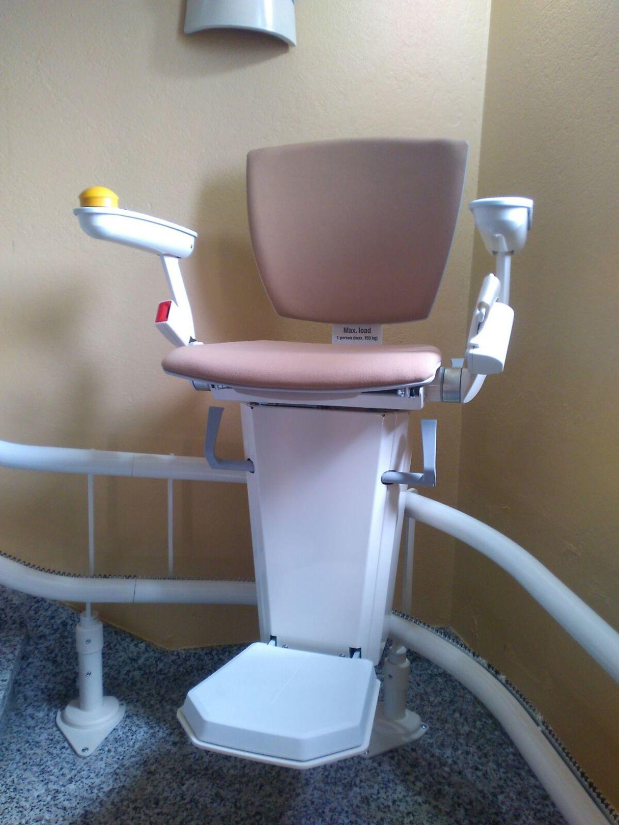 Detalle de la silla en una curva de la escalera