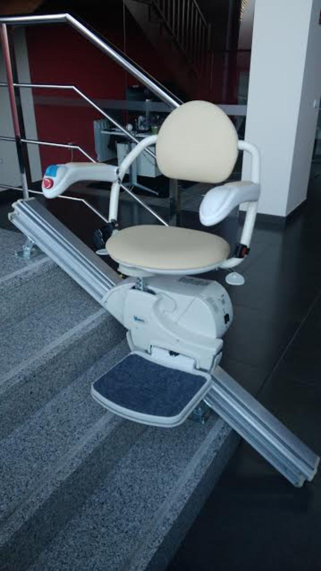 Salvaescaleras con asiento. Segura y de fácil manejo.